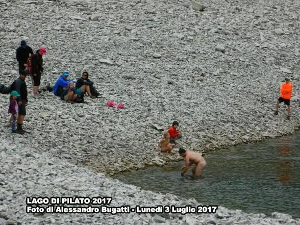 lago pilato e turisti nudi