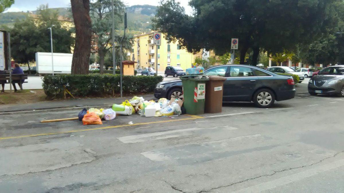 Rifiuti in strada a Porta Maggiore