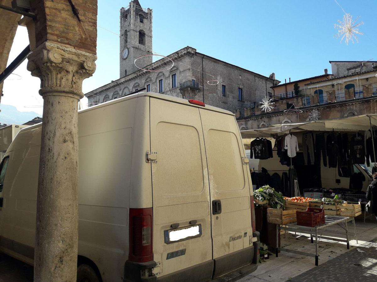 mercato ambulante in piazza del Popolo