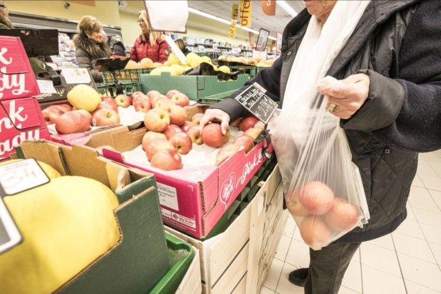 Foto Carlo Lannuttii/LaPresse 03-01-2018 Roma, Italia  Cronaca Introduzione dei sacchetti biodegradabili a pagamento nei reparti frutta e verdura dei supermercati Nella foto: i sacchetti