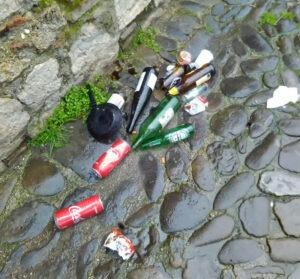 bottiglie rotte in strada