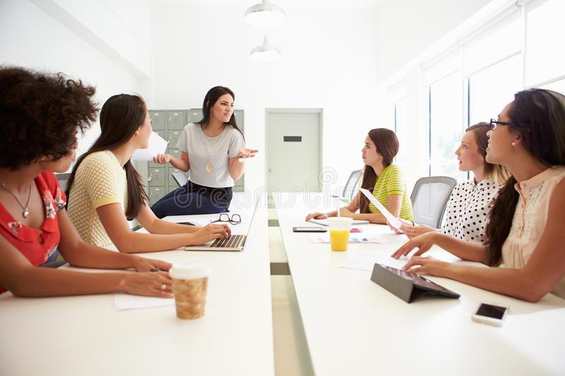 gruppo-di-donne-che-lavorano-insieme-nello-studio-di-progettazione-47239505