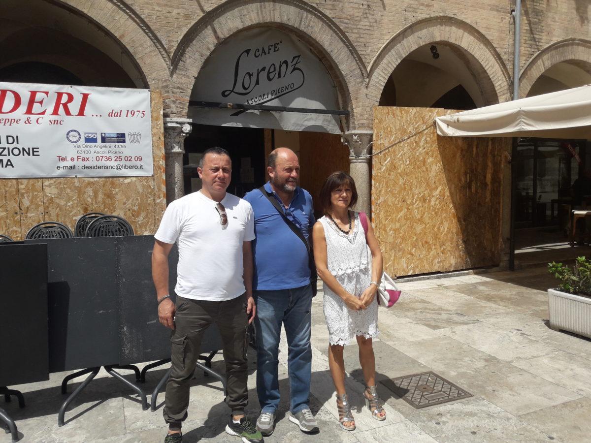 Soci di Lorenz Cafè davanti al cantiere