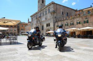 carabinieri con moto in piazza