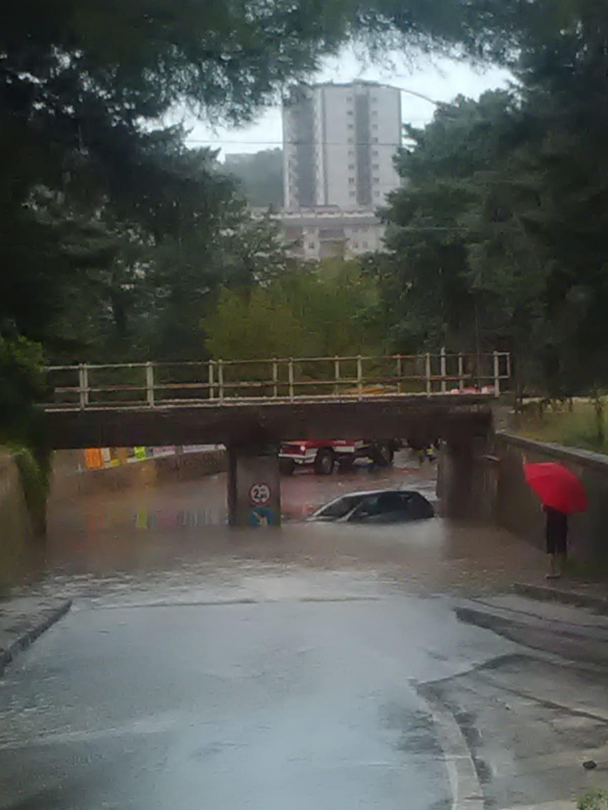 Auto ferma sotto il sottopasso